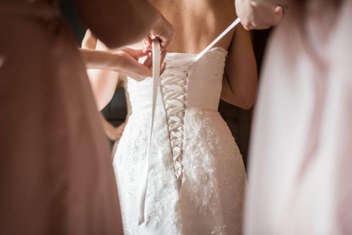 Hochzeitsreportage. Braut beim getting ready.