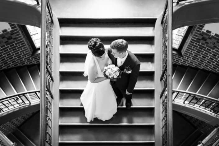 Hochzeitsreportage. Brautpaar auf der Treppe.