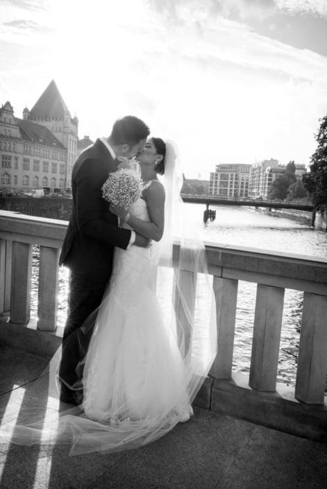 Hochzeitsreportage. Kuss am Wasser.