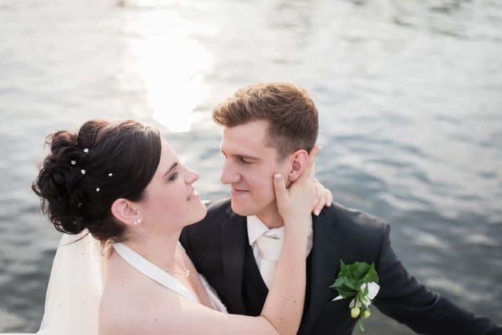 Hochzeitsreportage. Brautpaar am See.