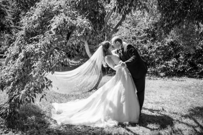 Hochzeitsreportage. Das Brautpaar tanzend im Park.