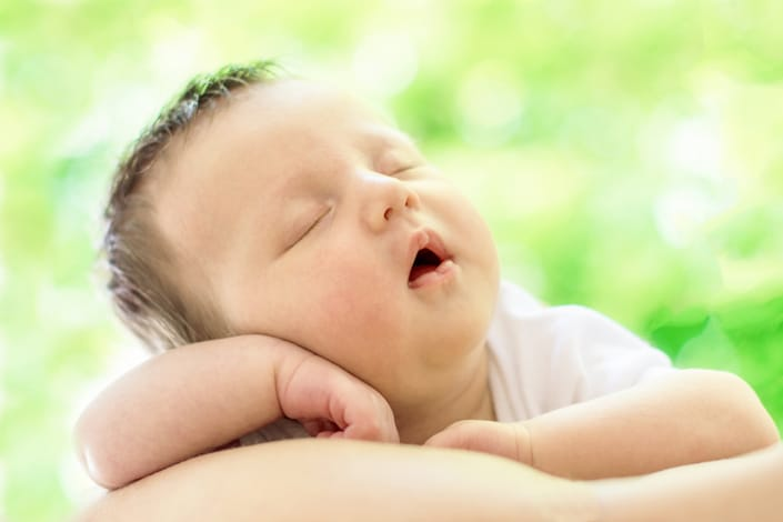 Familienshooting. Baby am schlafen im Freien