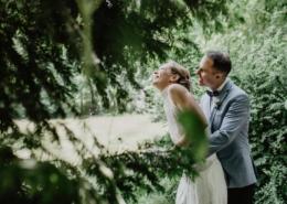 Hochzeitsreportage-Brautpaarshooting im grünen