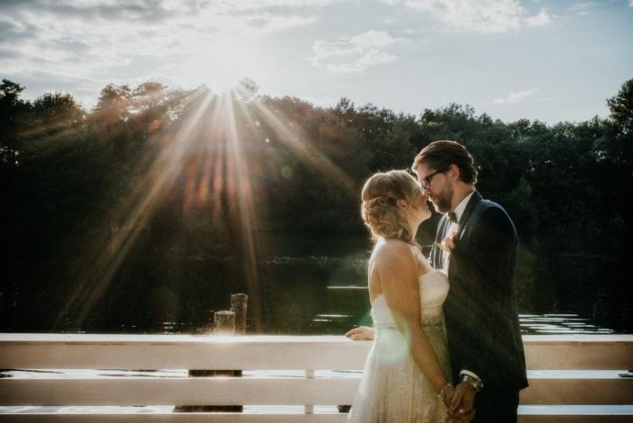 Brautpaar am Steg. Sonneuntergang